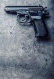 9 Millimeter-Pistolengewehr und -kugeln auf dem Tisch gestreut Lizenzfreie Stockbilder