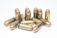 11 Millimeter. Schwarze Pistole und Munition Stockfotos