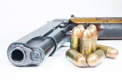 11 Millimeter. Schwarze Pistole und Munition Stockfoto