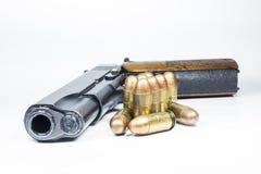 11 Millimeter. Schwarze Pistole und Munition Lizenzfreie Stockfotografie