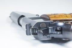 11 Millimeter. Schwarze Pistole und Munition Stockbilder