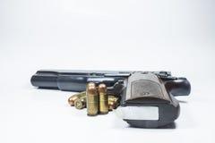 11 Millimeter. Schwarze Pistole und Munition Lizenzfreie Stockfotos