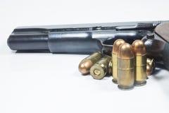 11 Millimeter. Schwarze Pistole und Munition Stockbild