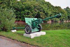 76-Millimeter Teilungsgewehr M1942 ZiS-3 Stadt Baltiysk, Kaliningrad-obl Stockfotografie