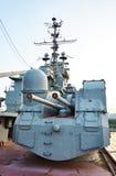 100 Millimeteruniversalkanonen SM-5-1S im Kreuzer Mikhail Kutuzov Stockfotografie