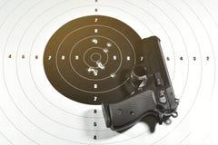 9 millimetrar för tidskrift för bakgrundsberetta tryckspruta isolerad white halvt automatiskt handeldvapen- och skyttemål Arkivbild