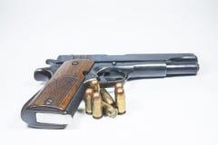 11 millimetro. Rivoltella e munizioni nere Fotografia Stock Libera da Diritti
