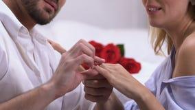 Millonario joven que propone a la señora, jactancia feliz de la mujer del anillo con el diamante almacen de metraje de vídeo