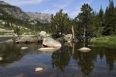 Mills See im felsiger Gebirgsnationalpark stockfotografie