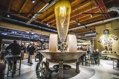 Millstones αλέθουν μέσα σε ένα σύγχρονο εστιατόριο στον κόσμο Fico Eataly Μπολόνια - Ιταλία Στοκ Φωτογραφίες