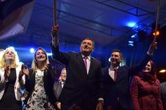 Milorad Dodik hälsar fans i gräns efter möte och folkomröstning Fotografering för Bildbyråer