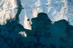 MilosöGrekland flyg- detalj av den Sarakiniko stranden i sommartid royaltyfri fotografi