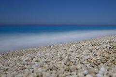 Milos żwiru plaża, głęboki błękitny morze i niebo, Lefkada, lefkas, gree obraz stock