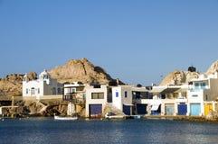 Milos del mar Mediterráneo de los acantilados de la roca de las casas Fotografía de archivo libre de regalías