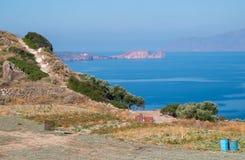 Milos, Grecia, pequeño campo y opinión del mar Foto de archivo