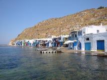 Milos Island - Dorf von Klima - Fischer-Häuser, die das Ägäische Meer gegenüberstellen stockbild