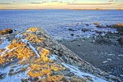 Milou et rocheux donnent sur de l'océan et de la côte pendant l'hiver images libres de droits