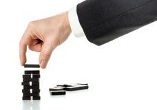 Milstolpe- eller framstegbegrepp - släp för dominobricka för byggnad för affärsman royaltyfria bilder