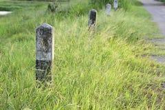 Milstolpe och väg med gräs Fotografering för Bildbyråer