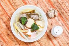 Milt kryddad soppa som som består av griskött, tofu, arkivbild