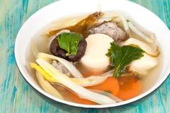 Milt kryddad soppa som som består av griskött, tofu, arkivbilder