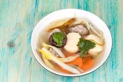 Milt kryddad soppa som som består av griskött, tofu, royaltyfria foton