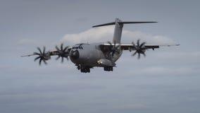 Miltary transportflygplan i flykten Royaltyfria Foton