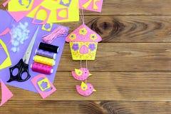 Milutki filc dom z ptaka ściennym wystrojem Drewniany tło z kopii przestrzenią dla teksta Szwalni materiały i narzędzia Fotografia Stock