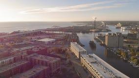 Milwaukee flod i centret, hamnområden av Milwaukee, Wisconsin, Förenta staterna Fastighet andelsfastigheter i centrum flyg- sikt arkivfoton