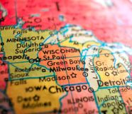 Milwaukee Wisconsin EUA focaliza o tiro macro no mapa do globo para blogues do curso, meios sociais, bandeiras da Web e fundos fotografia de stock royalty free