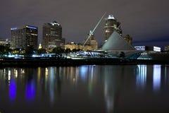 Milwaukee Wisconsin (Nacht) stockbilder