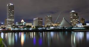 Milwaukee Wisconsin på natten Arkivfoton