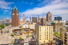 Milwaukee Wisconsin, USA i stadens centrum horisont arkivbilder