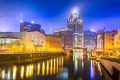 Milwaukee Wisconsin, USA i stadens centrum horisont på den Milwaukee floden arkivfoton