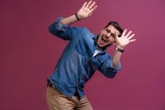 Mim ` m receoso fright Homem Scared Posição do homem de negócio isolada no fundo cor-de-rosa na moda do estúdio Emoções humanas,  imagem de stock