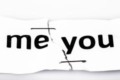 mim que você exprime escrito no papel rasgado e grampeado fotos de stock