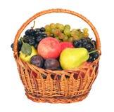 Mimbre con las frutas Foto de archivo