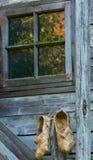Mimbre dos de la estopa de la corteza de abedul en medio de los edificios rústicos Fotografía de archivo libre de regalías