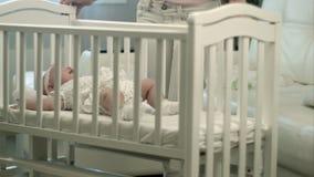 Mime a acariciar a su bebé lindo que duerme en a almacen de metraje de vídeo