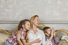 Mime al día del ` s, riendo, familia feliz, madre, hija, niños foto de archivo libre de regalías
