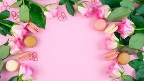 Mime al fondo del día del ` s de rosas y de galletas rosadas del macaron en la tabla de madera rosada ilustración del vector