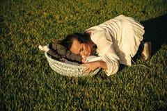 Mime al hijo del bebé del abrazo dormido en pesebre en hierba verde imagen de archivo libre de regalías