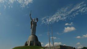 Mime al monumento de la patria - parte del museo de la gran guerra patriótica en Kiev, Ucrania almacen de metraje de vídeo
