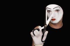 Mime com as tesouras no fundo preto Imagem de Stock