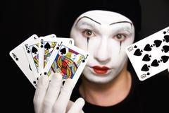 Mime com os cartões de jogo no fundo preto imagens de stock