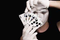 Mime com os cartões de jogo no fundo preto foto de stock