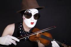 Mime com violino e óculos de sol Foto de Stock Royalty Free