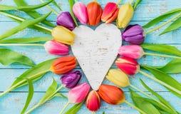 Mime corazón del día al ` s del día o de la tarjeta del día de San Valentín del ` enmarcado con las flores frescas coloridas de l Imagen de archivo libre de regalías