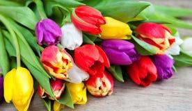 Mime día al ` s del día y de la tarjeta del día de San Valentín del ` s, tulipanes hermosos Foto de archivo libre de regalías