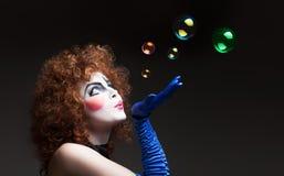 Mime da mulher com bolhas de sabão Fotografia de Stock